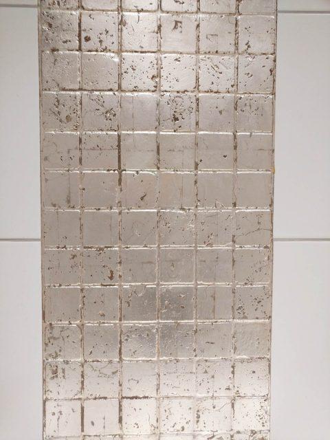 Badezimmer, Mosaikkachel mit Silber veredelt.