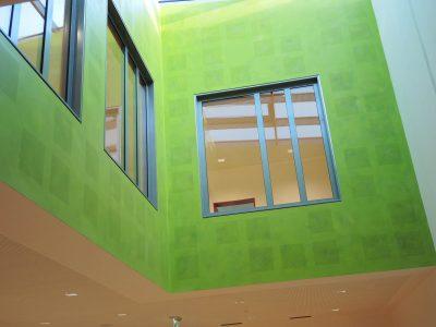Farbkonzept mit Lasur, Schule Ilmer Barg, Atrium in frischem Grün