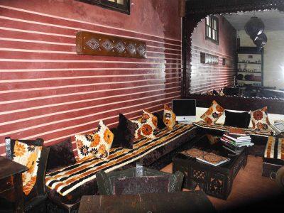 Tadelakt Marokko, Lounge in Rot mit Streifen